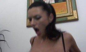 Jolie brune francaise en action